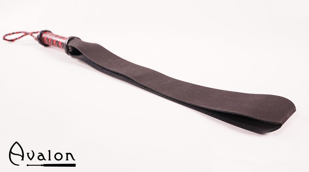 Avalon – Sort matt beltepaddle med rødt flettet håndtak